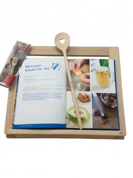 Set aus Kochbuch, Kochlöffel und Buchständer